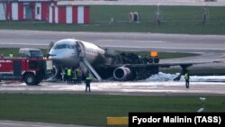 Pamje të aeroplanit të djegur në Moskë.