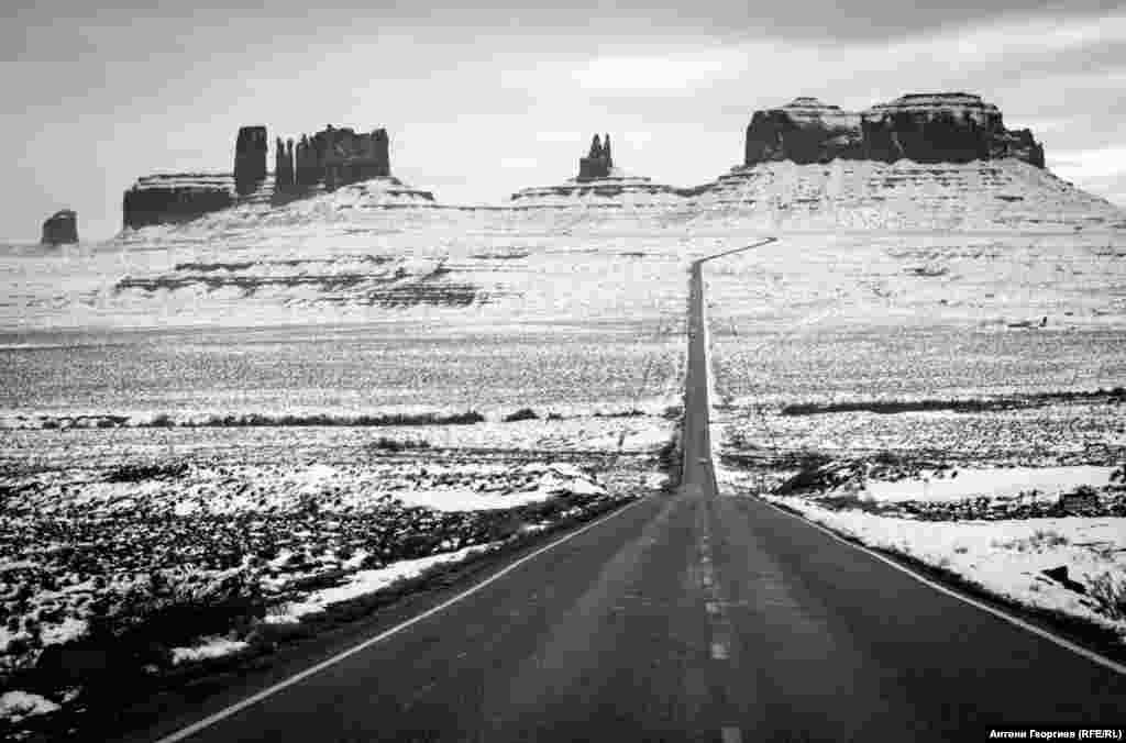 Форест Гъмп пойнт, Юта. Долината на паметниците, Monument Valley. Разположена е точно на границата между щатите Юта и Аризона и е собственост на народа Навахо. Името Форест Гъмп пойнт е относително ново. Това е мястото, на което Том Ханкс, главният герой в едноименния филм, завършва пешеходното си пътешествие през Америка.