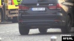 Він поїхав на автівці, яка, за даними журналістів, зареєстрована на харківського бізнесмена Юрія Кірєєва