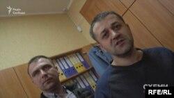 Заступник селищного голови Чуприна (л) та голова ГО «Розвиток Київщини» Присяжний (п)