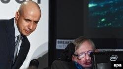 Стивен Хокинг (справа) вдохновил Юрия Мильнера (слева) на поиск внеземного разума