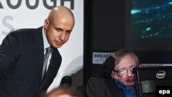 Российский миллиардер Юрий Мильнер (слева) и британский ученый Стивен Хокинг на пресс-конференции в Лондоне, 2015 год.