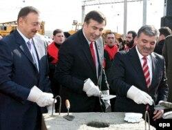 Arxiv fotosu: Prezidentlər İlham Əliyev (solda), Mikhail Saakashvili (ortada) və Abdullah Gul (sağda) Bakı-Tbilisi-Qars dəmir yolu layihəsinin əsasını qoyurlar. Tbilisi, 21 noyabr 2007-ci il.