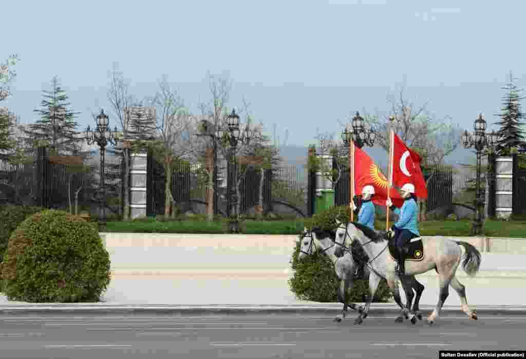 ГРЦИЈА / ТУРЦИЈА - Грчката влада го отфрли предлогот на Турција за размена на двајца грчки војници приведени во почетокот на март поради илегален влез во Турција за осум пребегани турски војници кои Анкара ги обвинува дека учествувале во обидот за пуч во јули 2016 година.