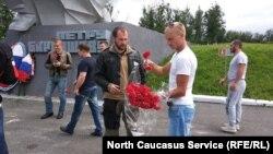 Байкеры возлагают цветы на Аллее славы в Северной Осетии в память об обороне Кавказа в ВОВ