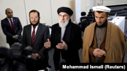 گلبدین حکمتیار یک تن از نامزدان انتخابات ریاست جمهوری افغانستان همراه با یک معاونش