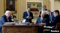 ABŞ prezidenti Donald Trump (sağda) telefonla Rusiya prezidenti Vladimir Putinlə danışır. Trump-ın təhlükəsizlik maşviri Michael Flynn (solda) Vaşinqton, 29 yanvar, 2017