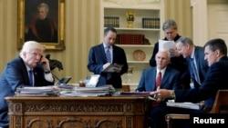Predsjednik SAD Donald Trump u prisustvu najbližih saradnika, među kojim je bio i Michael Flynn, tokom izjave za ruske medije u januaru 2017.