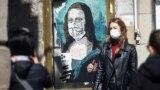"""През март 2020 г., уличният художник Побел създаде стенна картина в Брюне, Норвегия, която озаглави """"Влюбени"""". На нея се вижда млада двойка, която се целува през маски. С произведението си авторът иска да окуражи хората, за които ситуацията с COVID-19 е тежка. """"Надявам се """"Влюбени"""" да има положителен принос и да донесе някаква радост у хората. Много от нас се нуждаят от това сега"""", написа той в Инстаграм."""