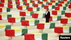 730 تابوتاً ملفوفاً بعلم كردستان لضحايا وجدوا في مقبرة جماعية بالديوانية