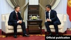 Председатель правления ПАО «Газпром» Алексей Миллер (слева) и президент КР Сооронбай Жээнбеков. Бишкек, 29 марта 2019 года.