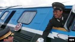 تمامی سرنشينان اين دو قطار را شخصيت های نامدار کشوری و سياستمداران دو کره تشکيل می دادند.