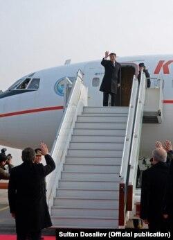 Шавкат Мирзияев провожает Сооронбая Жээнбекова в аэропорту. Ташкент, 14 декабря 2017 года.