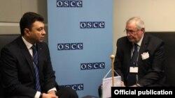 Руководитель делегации ПА ОДКБ, вице-спикер Национального Собрания Армении Эдуард Шармазанов (следва) и генсек ПА ОБСЕ Спенсер Оливер, Вена, 19 февраля 2015 г. (Фотография - пресс-служба НС РА)