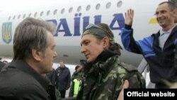 Президент Віктор Ющенко та боцман «Фаїни» Денис Шаповалов під час зустрічі екіпау «Фаїни» в аеропорті Бориспіль