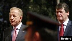 Косовскиот претседател Беџет Пацоли и албанскиот претседател Бамир Топи во Тирана