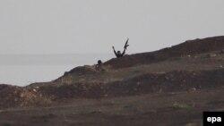 Боевики ИГ близ сирийского города Кобани, расположенного недалеко от границы с Турцией. 13 октября 2014 года.