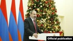 И. о. премьер-министра Армении Никол Пашинян выступает с речью на приеме для представителей СМИ, Ереван, 26 декабря 2018 г.