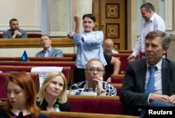 Ukrajinska poslanica Nadija Savčenko pokazuje srednji prst tokom sjednica državnog parlamenta u Kijevu, 22. juni 2017. Foto: Vladyslav Musiienko/Reuters