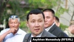 Полицейлер сотындағы жәбірленушілердің адвокаты Абзал Құспанов. Ақтау, 3 мамыр 2012 жыл.