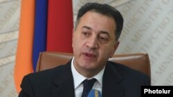 Armenia - Economy Minister Karen Chshmaritian at a news conference in Yerevan, 15Oct2014.