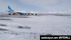"""Самолет авиакомпании """"Победа"""" на заснеженном летном поле, иллюстративное фото"""