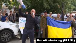 Ілля Кива і його «група підтримки» на мітингу під Спеціалізованою антикорупційною прокуратурою