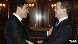 Orsýetiň prezidenti Dmitriý Medwedew we Türkmenistanyň prezidenti Gurbanguly Berdimuhamedow Gorkide, 2011-nji ýylyň 23-nji dekabry.