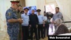 Спикер парламента Чечни Магомед Даудов (в центре) вручает награду Умани Ибрагимовой, 25 июля 2019 г.
