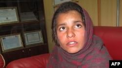 """Девочка Спожмай, которую заставляли надеть """"пояс смертника"""", рассказывает о себе в полицейском участке. Гильменд, 6 января 2014 года."""