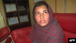 Девочка Спожмай, которую заставляли надеть «пояс смертника», рассказывает о себе в полицейском участке. Гельменд, 6 января 2014 года.