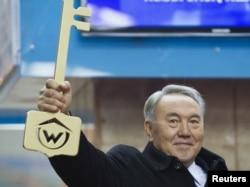Президент Казахстана Нурсултан Назарбаев на открытии Алматинского метро.