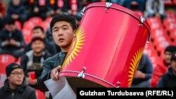 Кыргызстандык футболчулардын сүрөөнчүсү. Архивдеги сүрөт.