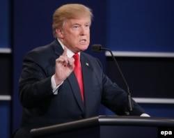 Сайлаушылар алдында сөйлеп тұрған Дональд Трамп.