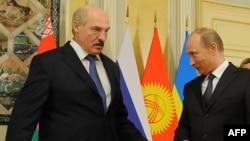 Президенты Александр Лукашенко и Владимир Путин на встрече в Астане. 29 мая 2013 года.