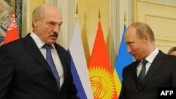 Беларусь президенті Александр Лукашенко (сол жақта) мен Ресей президенті Владимир Путин. Астана, 29 мамыр 2013 жыл.