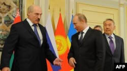 Президент Беларуси Александр Лукашенко (слева), президент России Владимир Путин (в центре) и президент Казахстана Нурсултан Назарбаев. Астана, 29 мая 2013 года.