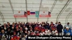 Нарындагы хоккей мелдешинин катышуучулары. 10-январь, 2018-жыл.