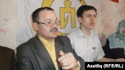 Rafis Kashapov (left) leads the Tatar Public Center, an NGO in Tatarstan's second-largest city, Chally, that campaigns to preserve Tatars' national identity, language, and culture.