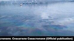 Маслянистое пятно у берегов Севастополя, архивное фото