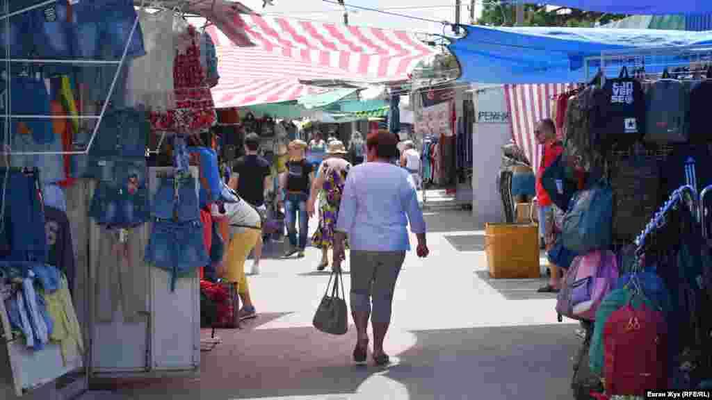 У ближніх рядах від входу в ринок «Речовий» працюють усі торгові місця