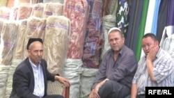 "Уйгуры из Китая на кыргызском базаре ""Мадина"". Бишкек, 9 июля 2009 года."
