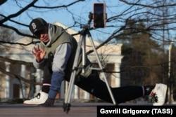 Из-за закрытых фитнес-клубов люди вынуждены заниматься спортом на улице