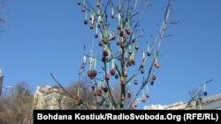 Дерев'яні писанки на дереві у сквері на площі імені Франка