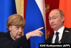 Анґела Меркель та Володимир Путін на спільній прес-конференції в Москві, 10 травня 2015 року