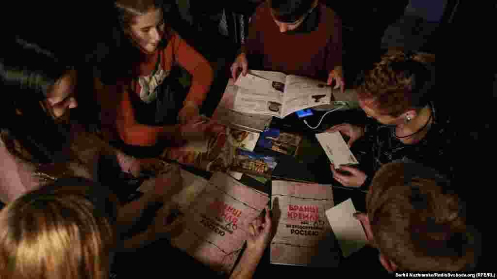 Школьники подписывают открытки, для того чтобы поддержать политзаключенных