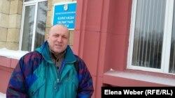 Журналист газеты «Темиртауский рабочий» Олег Гусев у здания суда. Караганда, 16 февраля 2017 года.