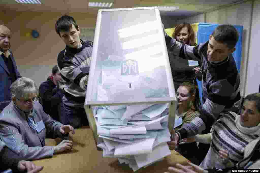 На одном из избирательных участков в Киеве начинается подсчет голосов