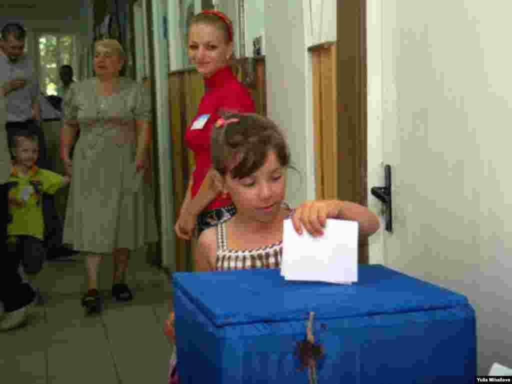 სოფელ იალოვენის ამომრჩევლებმა საქმეში ბავშვებიც ჩააბეს (2)