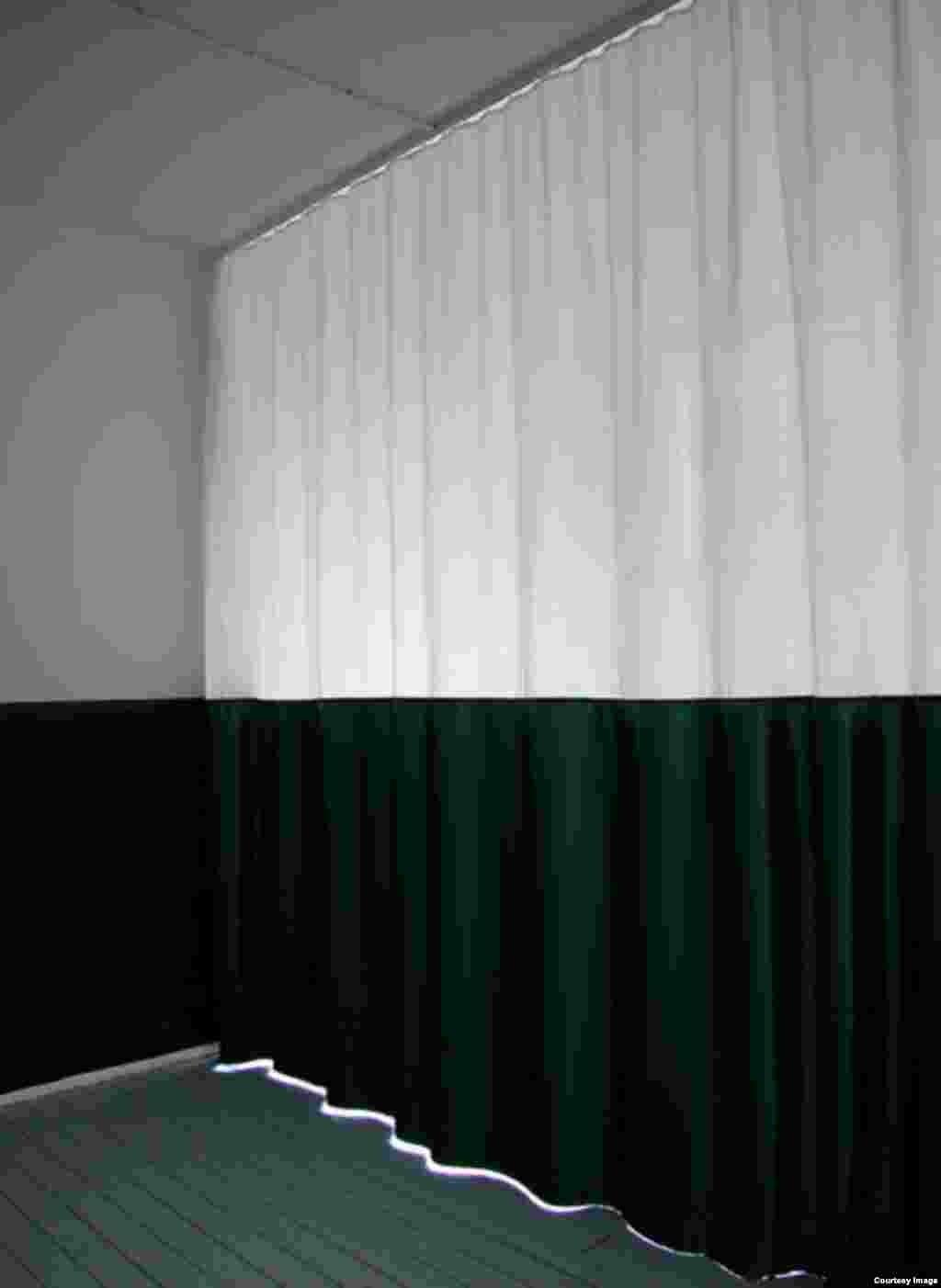 კედელი რომ გვეგონა, ფარდა აღმოჩნდა. 2004 წელი, ინსტალაცია, ხე, ქსოვილი.